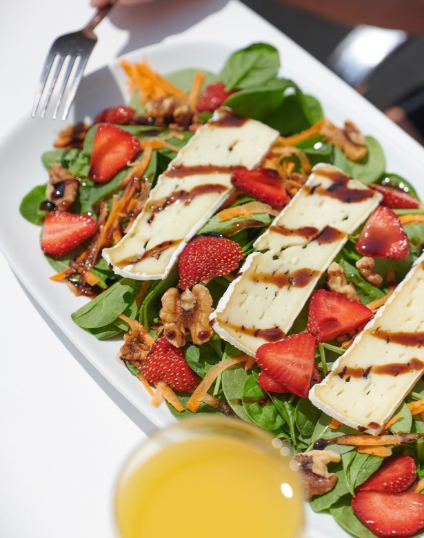 Salad spinach, brie cheese, strawberry, walnut and balsamic vinegar